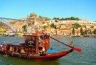 """Fazer um pequeno cruzeiro pelas pontes do rio Douro num dos típicos """"barcos rabelo"""" que no passado transportavam o vinho do Porto."""