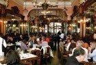 Lanchar no Café Majestic, um dos locais com mais glamour da cidade.